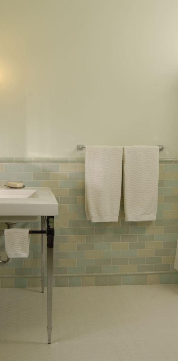 bathroom04558E4C9B-85E9-EECD-075B-318BF99E802C.jpg